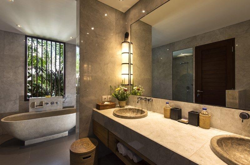 Villa Anam Bathroom with Bathtub, Seminyak | 8 Bedroom Villas Bali