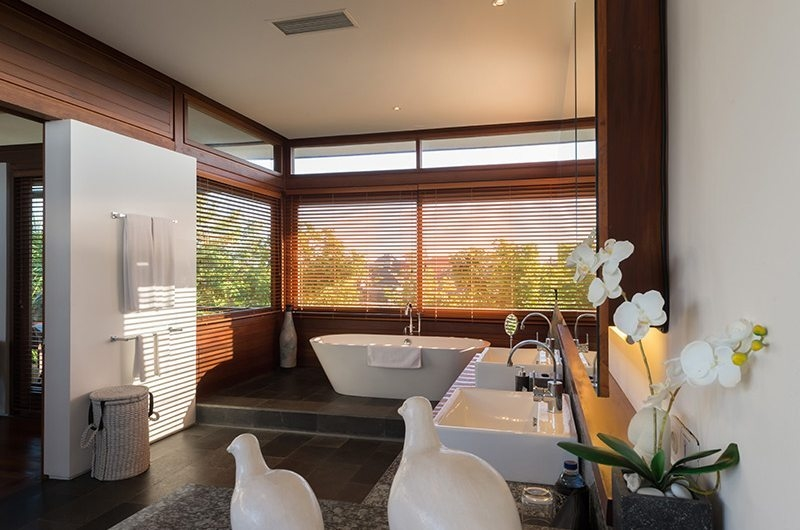 Bendega Villas His and Hers Bathroom with Bathtub, Canggu | 8 Bedroom Villas Bali