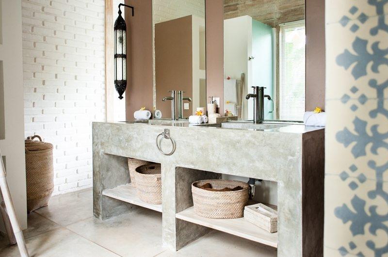 Jeeva Saba Estate His and Hers Bathroom with Mirror, Kerobokan | 8 Bedroom Villas Bali